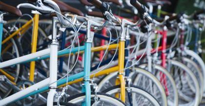 Fahrräder auf einem Flohmarkt in Köln
