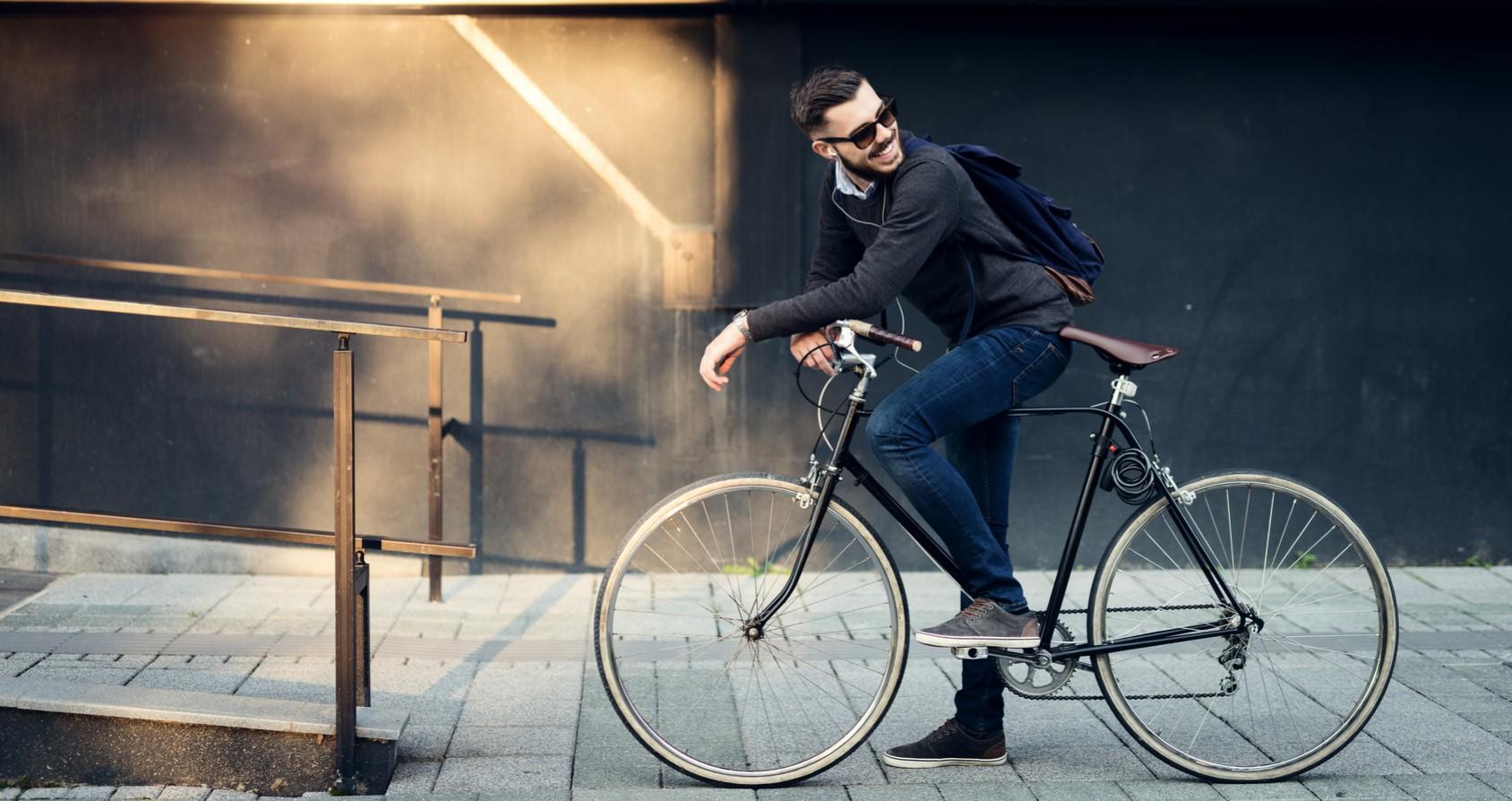 Reifen aufgepumpt und Helm zurechtgerückt - mit dem Rad zur Arbeit