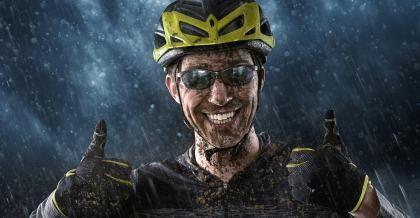 Fahrradfahrer mit Helm