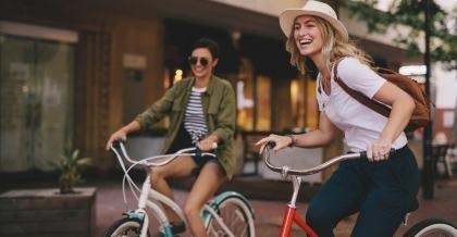 Zwei Radfahrer haben Spaß auf dem Rad