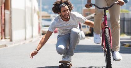 Skateboarding und Radfahren: komplementäre Sportarten