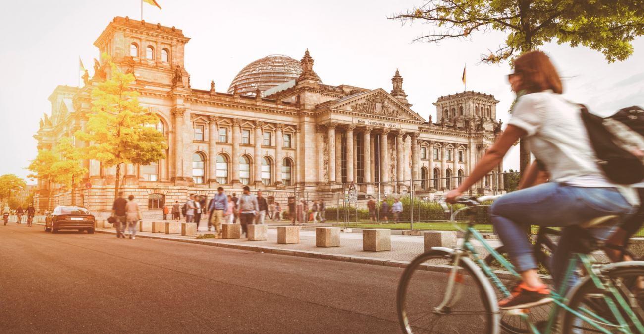 Berlin: Radfahrerin auf Straße