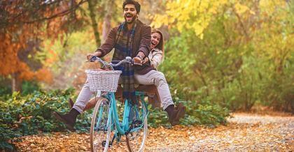 Zwei Radfahrer im Herbst
