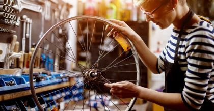 Eine Frau repariert einen Reifen