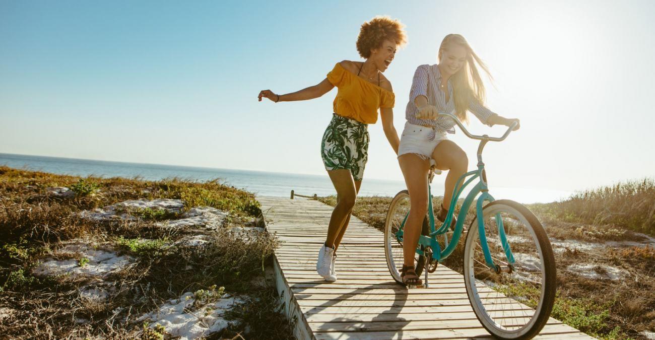 Zwei Freundinnen auf Erkundungstour für die besten Reiseziele für den Fahrradurlaub.