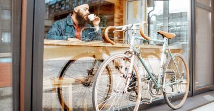 Ein Fahrradanfänger ruht sich von seiner ersten Radtour aus.