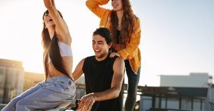 Drei Freunde fahren zusammen Fahrrad und freuen sich über ihre neuen Gadgets fürs Fahrrad.