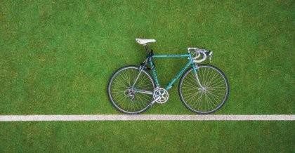 Rahmengröße herausfinden: Ein Fahrrad liegt im Gras und wird anhand einer Linie vermessen.