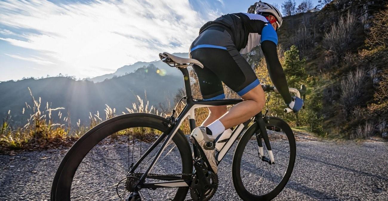 Ein Mountainbike Fahrer in den Bergen fährt mit Kettenschaltung.