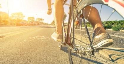 Ein Fahrradfahrer ist auf einem breit ausgebauten Fahrradweg in Berlin unterwegs.