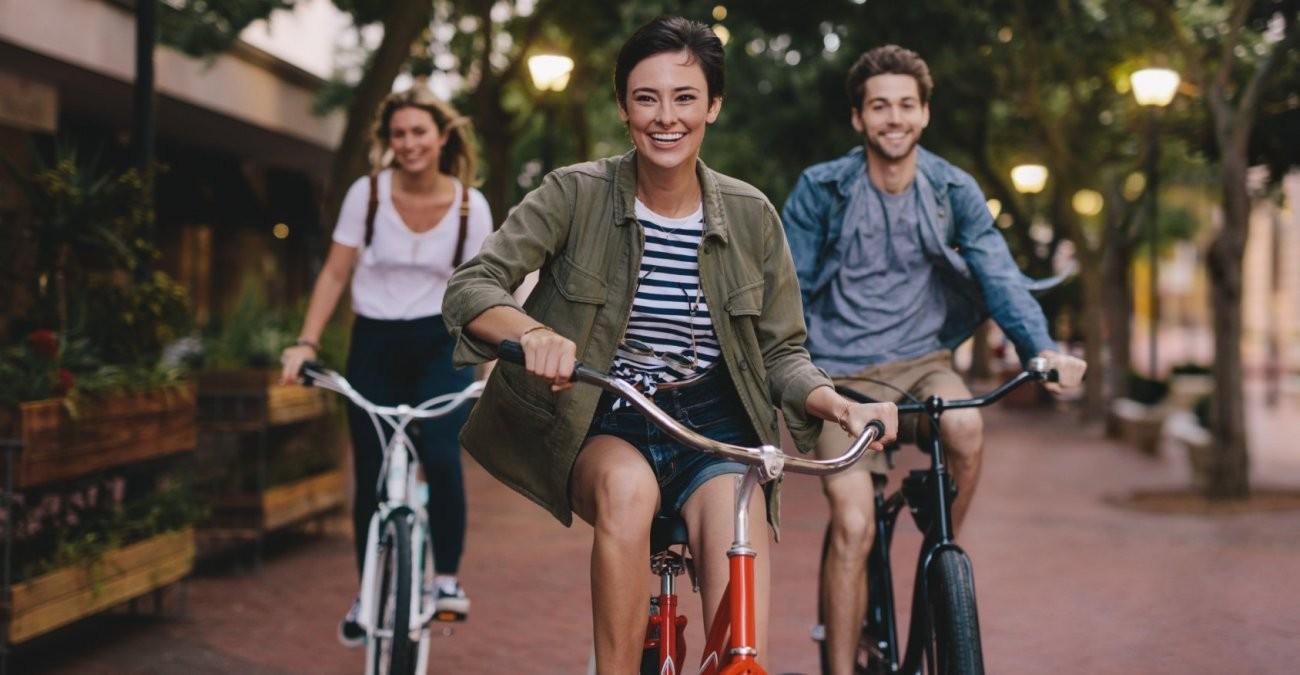 Drei Freunde fahren während der Corona-Pandemie durch die Stadt