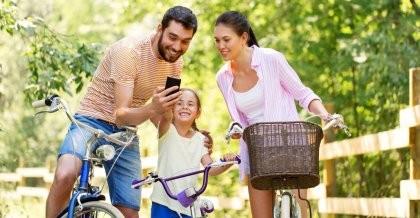 Eine Familie plant ihre Fahrradtour mit einer App für die Routenplanung.