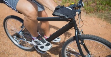 Mann auf einem Fahrrad mit Fahrradhandschuhen