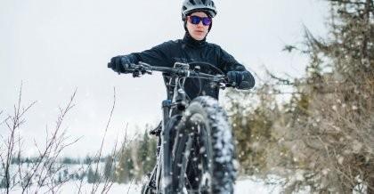 Mann im Schnee auf dem Fahrrad