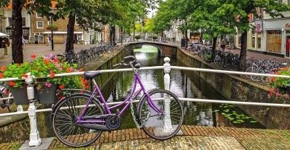 Lilanes Fahrrad auf einer Gracht am Kanal